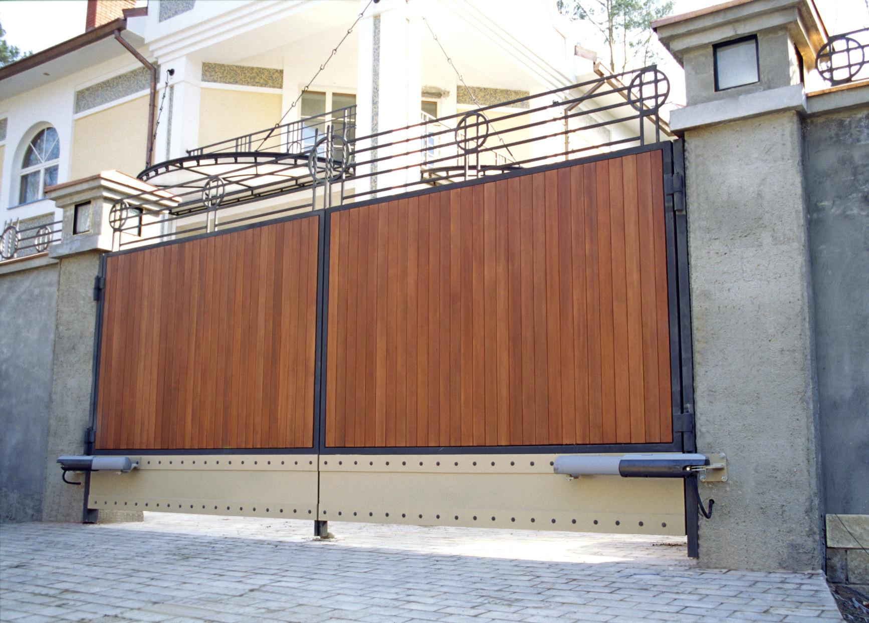 Распашные ворота - с заполнителем из дерева